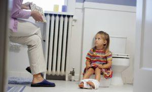 Каломазание у детей - причины, лечение препаратами и народными средствами, лечение комаровский, что это