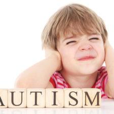 Аутизм у детей: что это такое, первые признаки и дальнейшие симптомы болезни