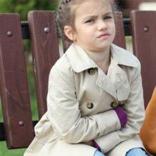 У ребенка болит живот в области пупка: что делать?