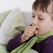 Сухой или влажный кашель до рвоты у ребенка: что делать, как помочь?